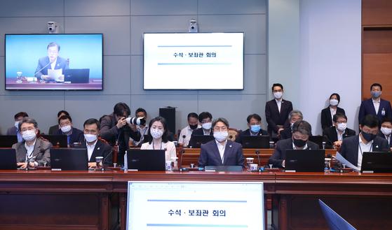 10일 오후 청와대에서 열린 수석·보좌관 회의에서 참석자들이 문 대통령 발언을 듣고 있다. 김조원 민정수석은 이날 회의에 참석하지 않았다. 대신 이광철 민정비서관(뒷줄 오른쪽 두번째)이 참석했다. 연합뉴스