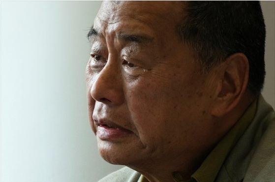 홍콩 민주화 운동의 큰 축인 지오다노 창업주 지미 라이가 10일 새벽 홍콩 자택에서 전격 체포됐다. 혐의는 외국 세력과 결탁해 홍콩보안법을 위반했다는 것이다. 사진은 과거 외신과의 인터뷰에서 홍콩의 미래를 걱정하며 눈물을 보인 지미 라이. [로이터=연합뉴스]