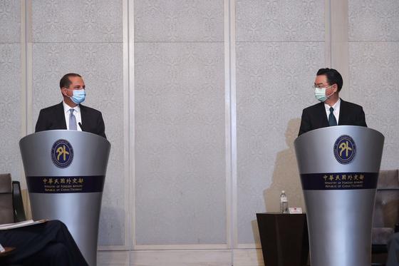 11일 대만 타이베이의 한 호텔에서 우자오셰 대만 외교부장(오른쪽)과 앨릭스 에이자 미국 보건복지장관이 공동 기자회견을 하고 있다. 에이자 장관은 1979년 미국이 대만과 단교한 이래 대만을 방문한 미국의 최고위급 인사다. [AFP=연합뉴스]