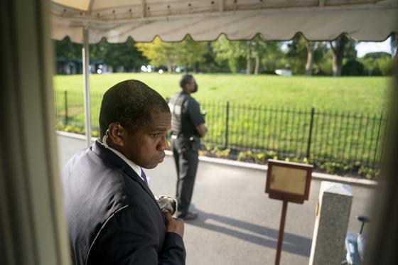 미국 백악관 비밀경호국 요원들은 10일 백악관 앞에서 총격이 발생하자 경내 경비를 강화했다. 사진은 도널드 트럼프 대통령이 기자회견을 하는 동안 브리핑룸 밖을 지키고 있는 비밀경호국 요원들. [AP=연합뉴스]