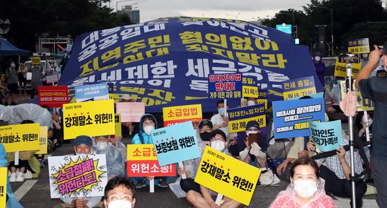정부의 부동산 규제 정책에 반대하는 시민들이 8일 서울 여의도에서 임대차3법 등에 반대하는 구호를 외치며 집회를 열었다. [연합뉴스]
