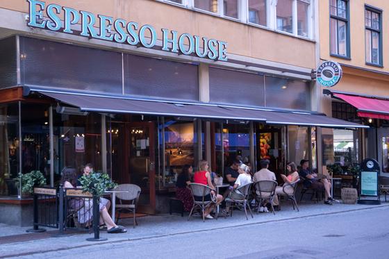 8월 9일(현지시간) 스웨덴 스톡홀름에서 시민들이 시간을 보내고 있다. [신화=연합뉴스]