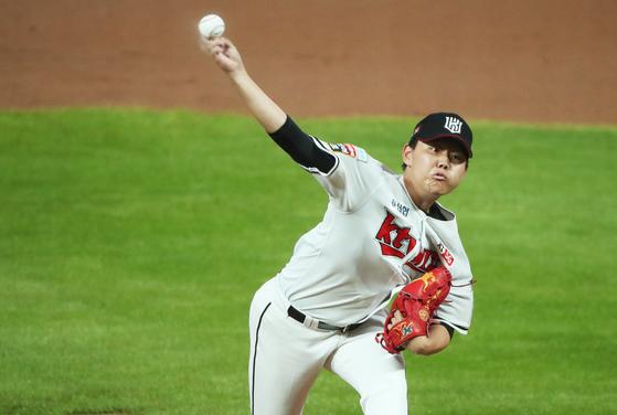 KT 신인 투수 소형준이 11일 수원 SK전에 선발 등판해 역투하고 있다. 그는 6이닝 무실점으로 시즌 6승째를 올렸다. [연합뉴스]