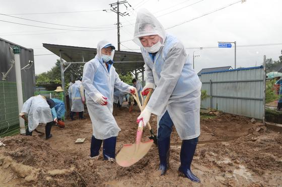 이낙연 더불어민주당 당대표 후보가 11일 오전 충북 음성군 삼성면 호우피해지역을 방문해 수해복구 작업을 하고 있다. 뉴스1