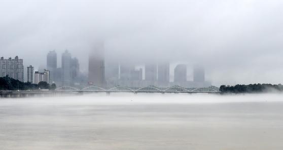 장마전선이 북쪽으로 올라간 10일 오전 서울 한강대교부근 노들섬에 물안개가 피어나고 있다. 임현동 기자