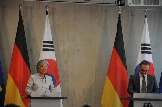 강경화 외교부 장관과 하이코 마스 독일 외교부 장관이 10일(현지시간) 독일 베를린에서 열린 '제2차 한독 외교장관 전략대화'가 끝난 뒤 기자회견을 하고 있다. [외교부 제공]