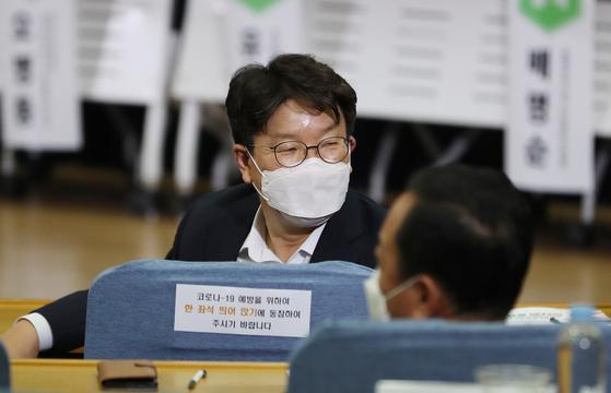 무소속 권성동 의원이 14일 서울 여의도 국회에서 열린 대청호 댐 지역 친환경 보전 및 활용을 통한 사회적 가치 창출 토론회에 참석하고 있다. 연합뉴스