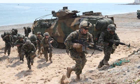 한미 해병대가 참가하는 연합 상륙훈련. 미국은 한반도 유사시 미 본토와 해외에서 추가 병력을 한국으로 보내 방어작전에 투입한다는 계획이다. [중앙포토]