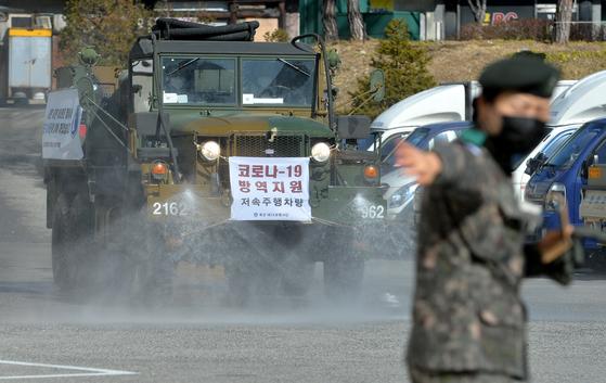지난 3월 6일 육군 제32보병사단 소속 코로나19 방역지원본부 장병들이 대전 복합터미널에서 방역작업을 실시하고 있다. 이 사진은 기사 내용과 직접적인 관련이 없음. [중앙포토]