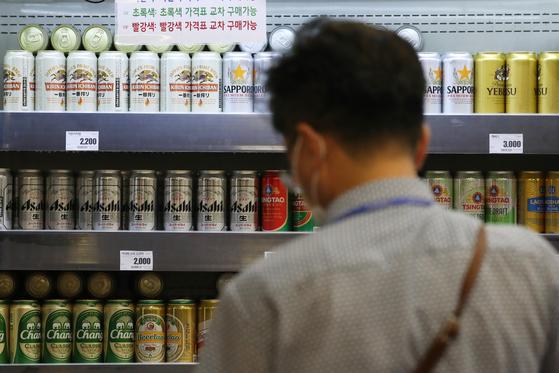 10일 더불어민주당 김영배 의원이 관세청에서 받은 자료에 따르면, 올해 7월 일본산 소비재 수입액(잠정치)은 2억5257만달러로 1년 전보다 23.4% 감소했다. 사진은 이날 서울의 한 대형마트에서 맥주를 고르는 시민. 연합뉴스