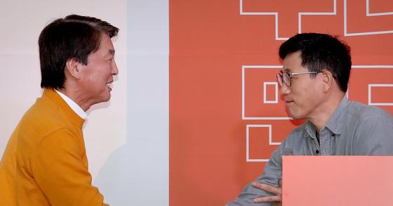 안철수 국민의당 대표(왼쪽)가 지난 2월 9일 서울 영등포구 하이서울유스호텔에서 열린 신당 발기인대회에서 초청 강연에 나선 진중권 전 교수와 인사를 나누고 있다 . 뉴스1