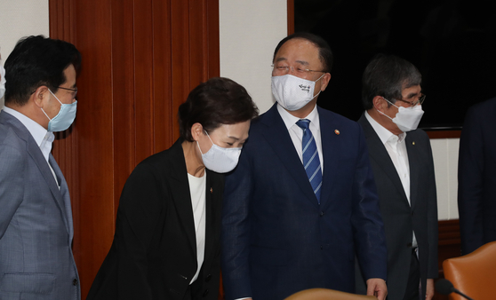 홍남기 경제부총리(왼쪽 셋째)와 김현미 국토교통부 장관(왼쪽 둘째)이 12일 오전 서울 종로구 정부서울청사에서 열린 제2차 부동산시장 점검 관계장관회의에서 참석자들과 이야기를 나누고 있다. 임현동 기자