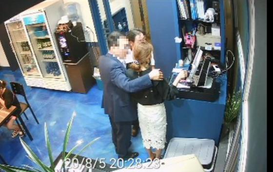 더불어민주당 소속 A 부산시의원이 지난 5일 식당 사장에게 불필요한 신체 접촉을 하는 장면이 폐쇄회로(CC)TV에 찍혔다. [사진 미래통합당 부산시당]