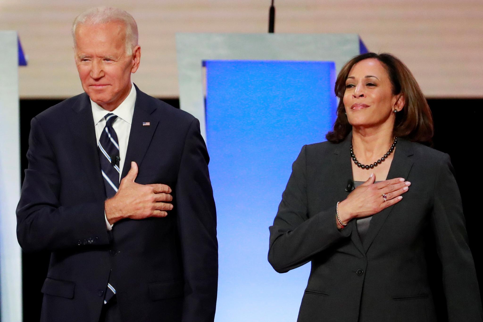 지난 해 민주당 대선후보 토론에 나선 조 바이든 전 부통령(왼쪽)과 카멀라 해리스 상원의원. 이때는 해리스 의원이 바이든 전 부통령을 저격하는 입장이었다. 로이터=연합뉴스