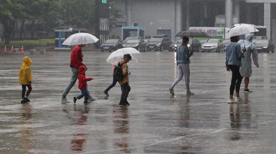 며칠 동안 비가 억수같이 내린다. 이런 날은 모르는 사람에게 말 걸기 좋은 날이다. [중앙포토]