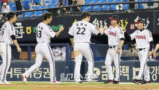 프로야구 LG와 KIA의 경기가 12일 오후 서울 잠실야구장에서 열렸다. LG가 8-0으로 승리했다. 경기종료후 류중일 감독과 선수들이 하이파이브 하고있다.  잠실=정시종 기자
