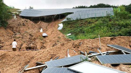 산을 깎아 만든 태양광 발전시설이 집중호우를 견디지 못하고 곳곳에서 무너져 내렸다. 산사태로 무너진 충북 제천의 한 태양광 발전시설에서 11일 관계자가 복구 작업을 하고 있다. [뉴스1]