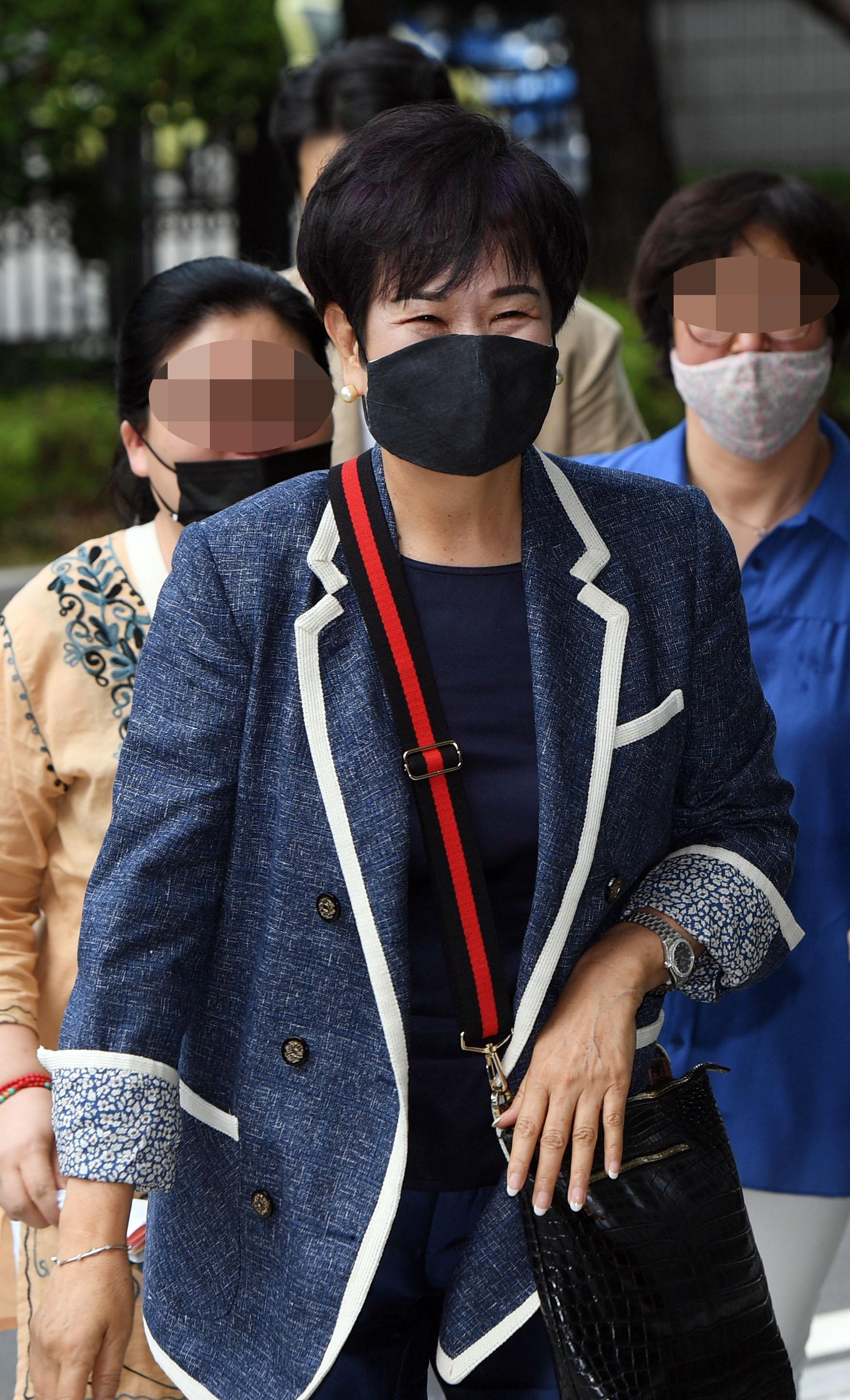 손혜원 전 의원이 12일 남부지법에서 열리는 1심 선고 공판에 출석하고 있다. 연합뉴스