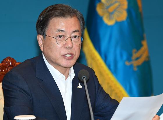 문재인 대통령 10일 오후 청와대 여민관에서 열린 수석·보좌관 회의에서 모두발언을 하고 있다. 청와대사진기자단