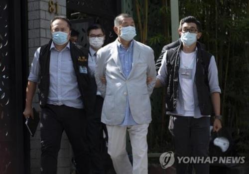 지미 라이가 10일(현지시간) 홍콩에 있는 자택에서 경찰에 체포된 모습. [EPA=연합뉴스]
