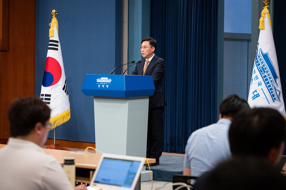 강민석 청와대 대변인이 12일 청와대 브리핑룸에서 대통령비서실 수석 인사 발표를 했다. 뉴스1