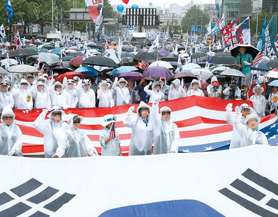 보수단체 회원 등 시민들이 지난해 8월 15일 비가오는 가운데 광복절 집회를 열고 문재인 대통령 퇴진을 촉구하고 있다. [뉴시스]