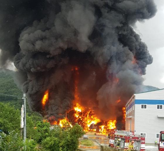 12일 오전 11시 40분쯤 경남 김해시 상동면 윤활유 첨가제 생산공장 창고에서 화재가 발생해 3개 공장 건물과 공장에 있던 윤활유 드럼 400여개에 불이 붙었다. 뉴시스