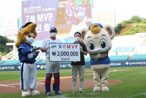 12일 대구 두산전에 앞서 구단 자체 7월 MVP 시상식에 참석한 강민호. 삼성 제공