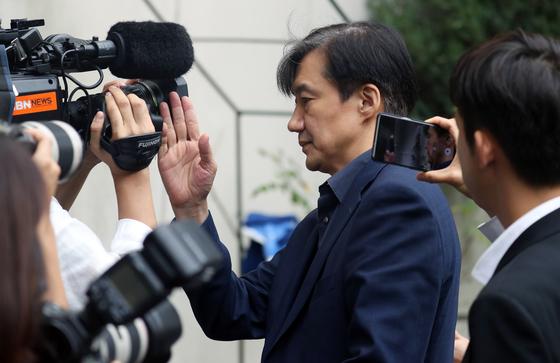 2019년 9월 조국 전 법무부 장관이 서울 서초구 방배동 자택으로 들어서면서 카메라를 오른손으로 치우고 있다.[뉴스1]