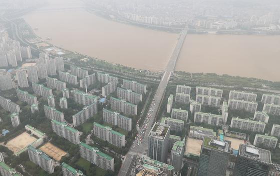 분양가 상한제로 재건축 단지의 셈법이 복잡해지고 있다. 사진은 서울 송파구의 아파트 단지. 연합뉴스