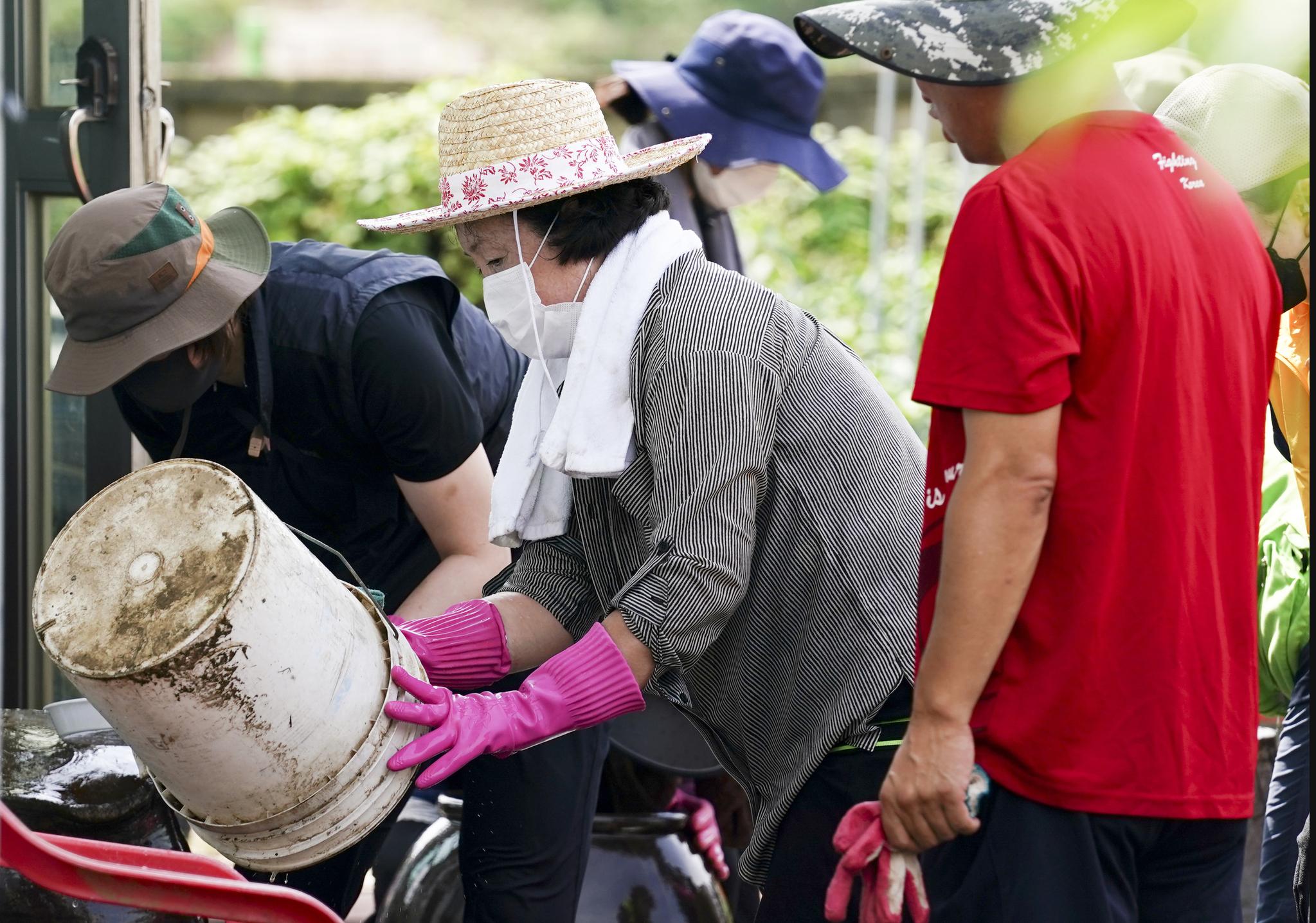 김정숙 여사가 12일 강원 철원군 동송읍 이길리 마을에서 수해 복구 봉사활동을 하고 있다. 사진 청와대