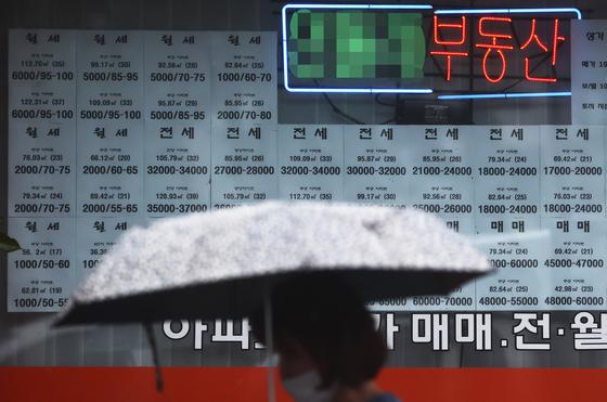 노원구의 한 부동산에 전월세, 매매 매물 안내문이 써붙어 있다. 연합뉴스