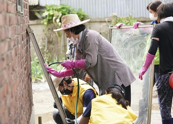 김정숙 여사가 12일 강원 철원군 동송읍 이길리 마을에서 수해 복구 봉사활동을 하고 있다. 청와대 제공