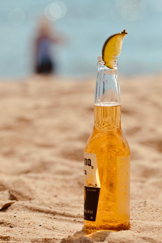 투명한 병에 담긴 맥주는 갈색병이나 녹색병에 담긴 맥주에 비해 빛에 의해 맛이 변질될 가능성이 크다. [사진 pexels]
