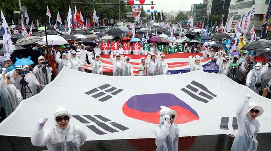 작년 광복절 서울 광화문에서 열린 보수단체 집회에서 참가자들이 '박근혜 무죄석방'을 촉구하고 있다. 올해는 '문재인 하야'를 외칠 것으로 예상된다. 뉴스1