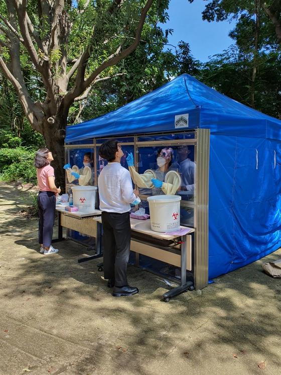 13일 오전 부산 해운대보건소 관계자들이 부산기계공고 교직원을 대상으로 코로나19 검사를 하고 있다. 송봉근 기자