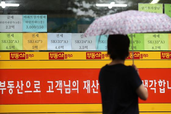 서울 강북의 한 아파트 단지 부동산 정보란에 4억대 전세매물이 붙어 있다. 뉴스1