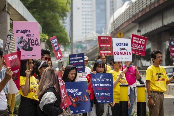 지난달 인도네시아 자카르타에 있는 한국대사관 앞에서 한전의 자바 9·10호기 건설 참여에 항의하는 현지 주민들이 시위를 벌였다. [사진 기후솔루션]