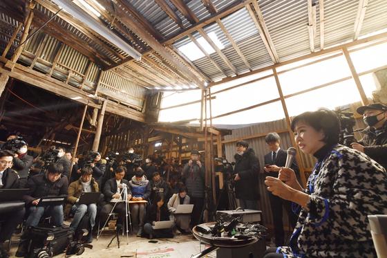손혜원 당시 의원이 작년 1월 23일 부동산 투기 의혹을 해명하기위해 목포 현장을 찾아가 기자회견을 하고 있다. [연합뉴스]