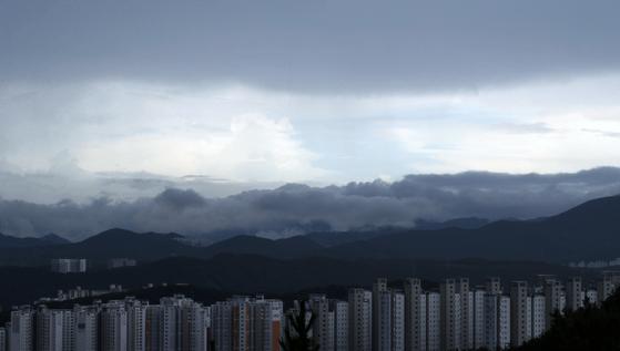12일 오후 소나기가 내리는 울산시 울주군 구영리 일대에 낮게 깔린 비구름 위로 맑은 하늘이 보이고 있다. 뉴스1