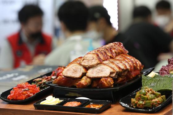 지난달 30일 서울 강남구 코엑스에서 열린 '제57회 프랜차이즈 창업박람회 코엑스'에서 예비 창업자들이 요식업 관련 업체에서 상담을 받고 있다. 연합뉴스