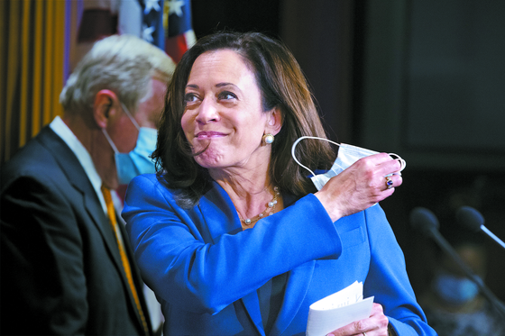 조 바이든 미국 민주당 대통령 후보가 11일(현지시간) 카멀라 해리스 상원의원을 러닝메이트로 지명했다. 사진은 지난 6월 공화당의 정치개혁법안 반대 기자회견을 하는 해리스. [EPA=연합뉴스]