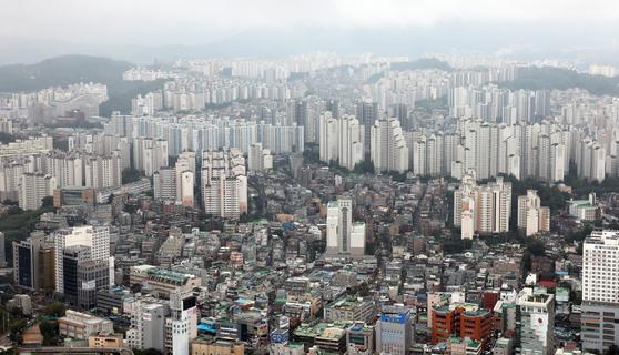 정부의 23차례 부동산 대책은 서울을 비롯한 수도권에 집중됐다. 규제가 늘수록 서울과 지방간의 집값 격차는 더 벌어지는 이상 징후가 나타나고 있다. 사진은 63빌딩에서 본 서울 시내 아파트 모습. 연합뉴스