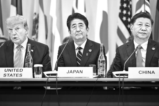 미국과 중국이 첨단 기술분야에서 신경전을 벌이고 있는 가운데, 일본 등 주요 국가에서 첨단 인재에 보안 자격을 주는 제도를 마련하고 있다. 중국에의 기술 유출을 막기 위한 조치라는 분석이다. 사진은 2019년 6월 일본 오사카에서 열린 G20 서밋에서 도널드 트럼프 미국 대통령(왼쪽)과 시진핑 중국 국가주석(오른쪽) 사이에 아베 신조 일본 총리(가운데)가 앉아 있는 모습. [AFP=연합뉴스]