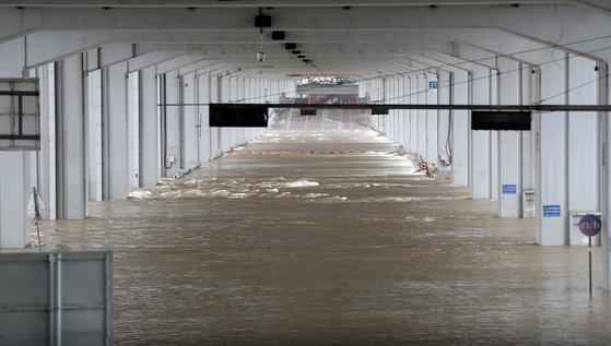 연일 계속되는 집중호우와 팔당댐 방류로 인해 11일 오전 서울 잠수교가 열흘째 물에 잠겨 통제되고 있다. 뉴시스