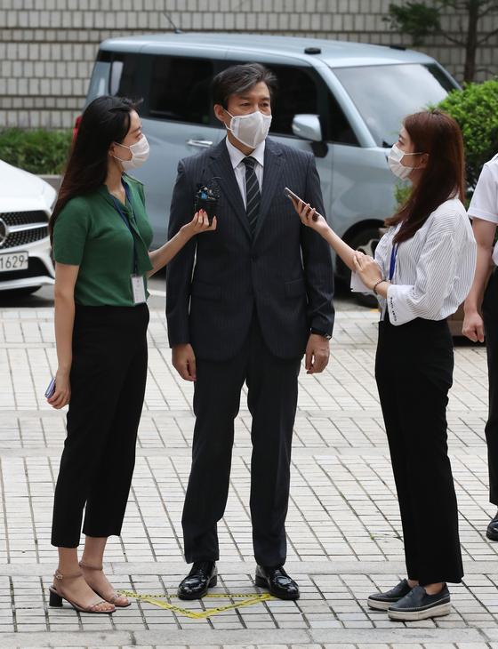 조국 전 법무부 장관이 14일 서울중앙지방법원에서 열린 공판에 출석하며 취재진 질문에 답하고 있다. [연합뉴스]