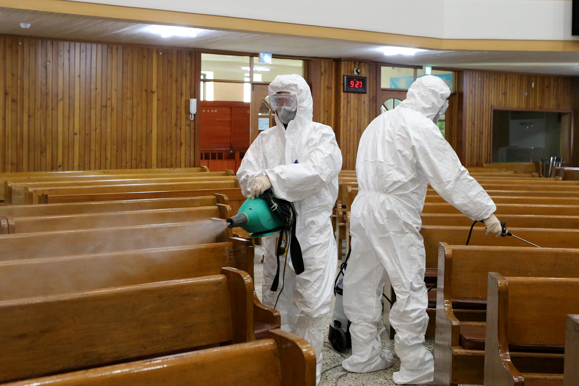 한 종교시설에서 긴급 방역작업이 이뤄지고 있다. 연합뉴스