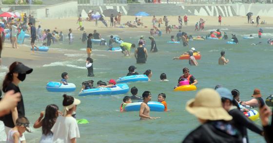 부산지역에 폭염경보가 내려진 13일 부산 해운대해수욕장을 찾은 시민과 관광객들이 물놀이를 하며 더위를 식히고 있다.송봉근 기자