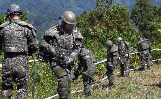 2018년 10월 육군 장병이 강원도 철원 비무장지대 수색로 일대에서 6·25 전사자 유해발굴을 위한 지뢰 탐지ㆍ제거작업을 벌이고 있다. [사진공동취재단]