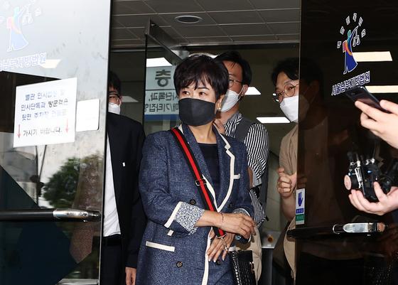 전남 목포 부동산 투기 혐의로 재판에 넘겨진 손혜원 전 국회의원이 12일 오후 서울 양천구 남부지법에서 열린 1심 선고공판을 마친 뒤 법정을 나서고 있다. 뉴스1